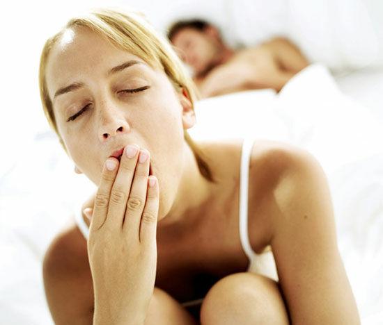 A reggeli vízivás, mint varázsaltos ébresztő valóban működik. A reggeli fáradtság nem másra, mint arra vezethető vissza, hogy nem ittál eleget előtte lévő nap, és az éjszaka folyamán még jobban dehidratálttá váltál.