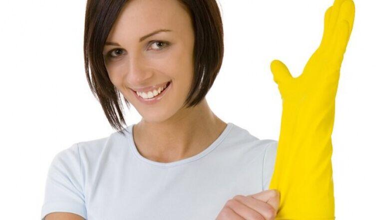 Kend be a körmeidet citrommal! Kiszáradt bőrre ajánlott, ugyanis a citromlé felpuhítja a körömágyat és fehéríti a körmöket. Egy félbevágott citrommal dörzsöld meg a körmödet. A narancsnak is ugyanilyen hatása van és a kiszáradt bőrre tested bármely részén használhatod.