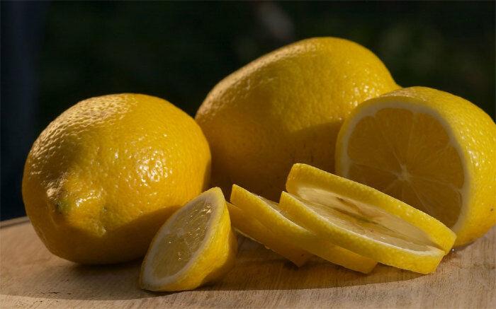 Citromlé: A citromnak fehérítő tulajdonságai vannak. Tegyünk friss citromlevet fél órára a problémás felületre majd mossuk le hideg vízzel. Ismételjük meg ezt napi kétszer 2 hónapon keresztül. Ha valakinek érzékeny a bőre felhígíthatja vízzel.