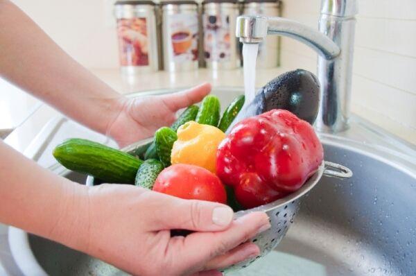 Sokszor nem elegendő a sima megmosás. A zöld leveles zöldségeket általában külön kell kezelni. Be kell áztatni bő vízbe néhány percre majd öntsük le róla a vizet és ezután ismételjük meg.