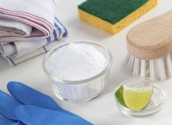 A WC tisztítása nagyon egyszerű lehet, ugyanis 1 bögre szódabikarbónát szórjunk bele, majd öntsük le 1 bögre ecettel.