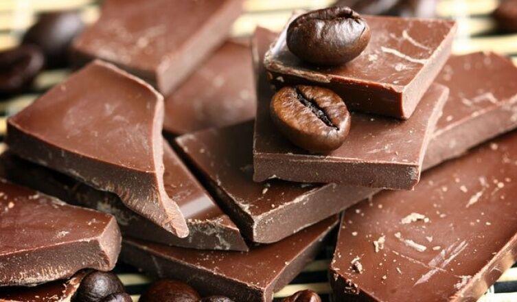 Mivel a csokoládé sok kakaót tartalmaz, ezért a központi idegrendszert élénkíti. Erre a legjobb az étcsokoládé, minél sötétebb, annál jobb a célra.