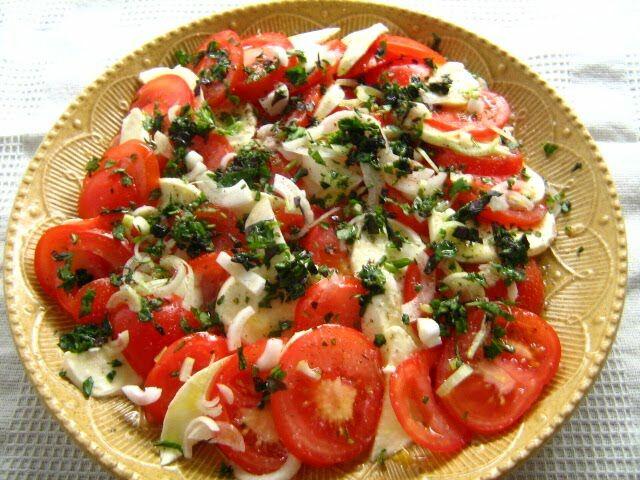 Készíts bazsalikomos paradicsom salátát.