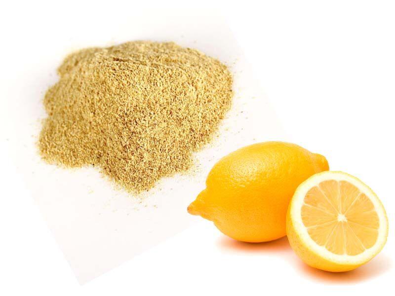 """Fontos megjegyzés: a citrom héja gyakran """"viaszos"""" tapintású. Azt le kell mosni! Az különböző tartósító, érlelő vegyszerek kombinációja, amit biztosan nem akarunk megenni. Néhány vizes öblítés nem elegendő, és sajnos beletelhet némi időbe, mire """"megtakarítjuk"""". Onnan tudjuk, hogy végeztünk, hogy rendes, száraz a tapintása."""