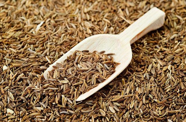 Ez a fűszer segíti a savas ételek semlegesítését, lúgos ételekkel együtt fogyasztva pedig felerősíti azok lúgosító hatását.