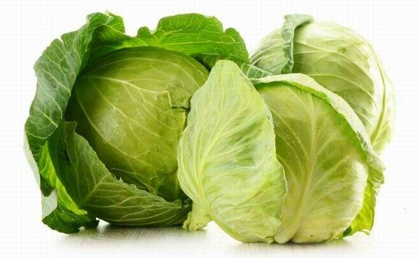 A nyers fejes káposzta bővelkedik C-vitaminban, valamint A-, B6-, B12-, D- és K-vitaminban. Ezenkívül magas a vas-, a kálium- és a kalciumtartalma.