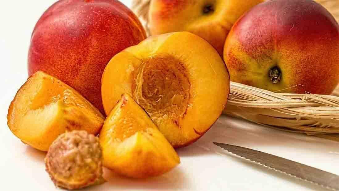 A nektarin asz őszibarack szőrtelen változata. Igazán egészséges és bővelkedik rostokban is.