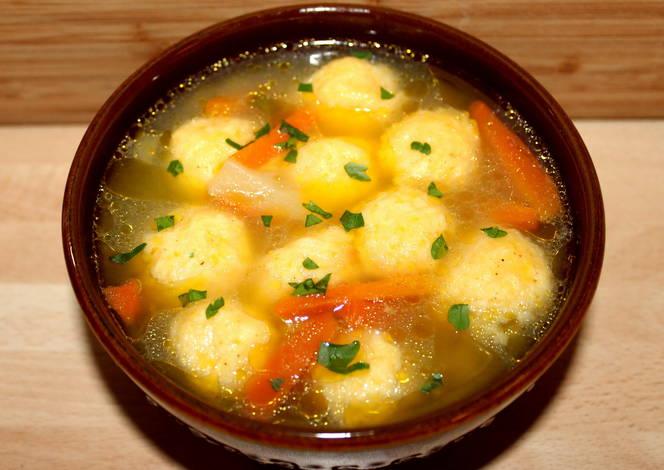 Egészséges tavaszi sajtgombóc leves.